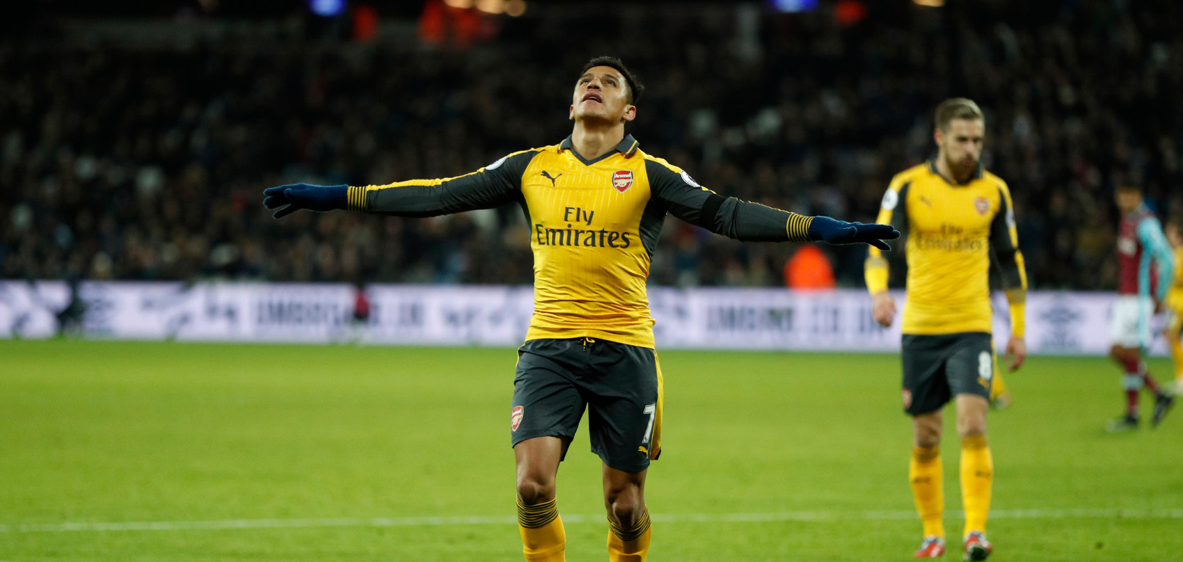 → Alexis Sánchez scored three goals against Stoke City and Sunderland in May 2017 en route to a memorable Double Gameweek 37 score of how many points?